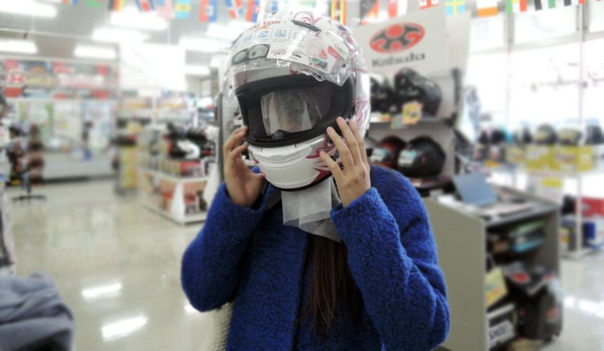 大阪機車部品店「Bike World」內戴上重型機車安全帽