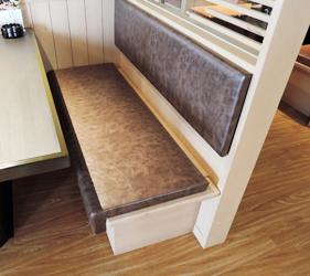 京都河原町燒肉店「あぶりや」的店內置物櫃