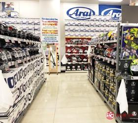 大阪機車部品店「Bike World」店內販賣的安全帽