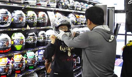 買安全帽就來這!西日本機車配件「RICOLAND CuBe 京都店」工作人員協助挑選安全帽