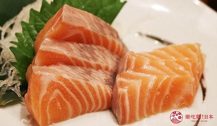 大阪難波道頓堀串燒串炸生魚片店家推薦「三代目 鳥メロ」的厚切生鮭魚片(サーモン刺身)