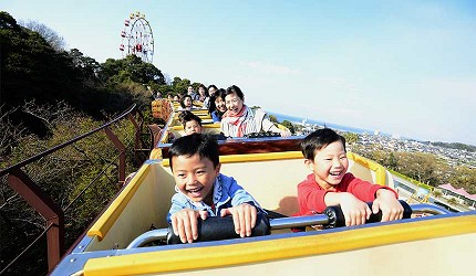 大阪近郊必去複合式動物遊樂園「岬公園」(みさき公園)裡的雲霄飛車