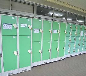 大阪近郊必去複合式動物遊樂園「岬公園」(みさき公園)的服務中心旁的置物櫃