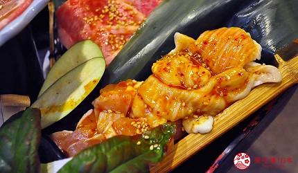 大阪道頓堀燒肉壽司吃到飽「滿腹市場・河豚安」的新鮮雞腿肉燒肉