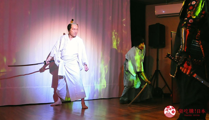 大阪互動式表演劇場推薦「侍 CAFE」的現場表演,織田信長因明智光秀的背叛而自刎於本能寺