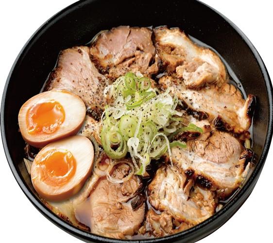 日本必吃推荐拉面在京都车站的「京都拉面小路」的富山ブラック麺家いろは的富山BLACK肉盛拉面