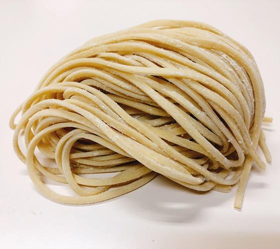 日本必吃推荐拉面在京都车站的「京都拉面小路」的大阪・彩色ラーメン きんせい的中扁平面