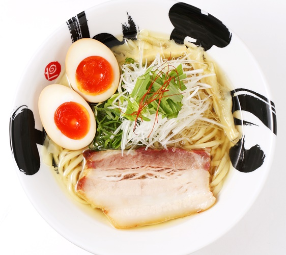 日本必吃推荐拉面在京都车站的「京都拉面小路」的大阪・彩色ラーメン きんせい的调味鸡蛋黄金盐味拉面