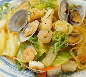 大阪難波海鮮大餐店家推薦「知床漁場 道頓堀店」的4號套餐的海鮮炒麵