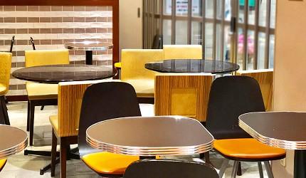日本大阪難波車站內的「ekimo」的咖啡館「Clever1953」店內座位