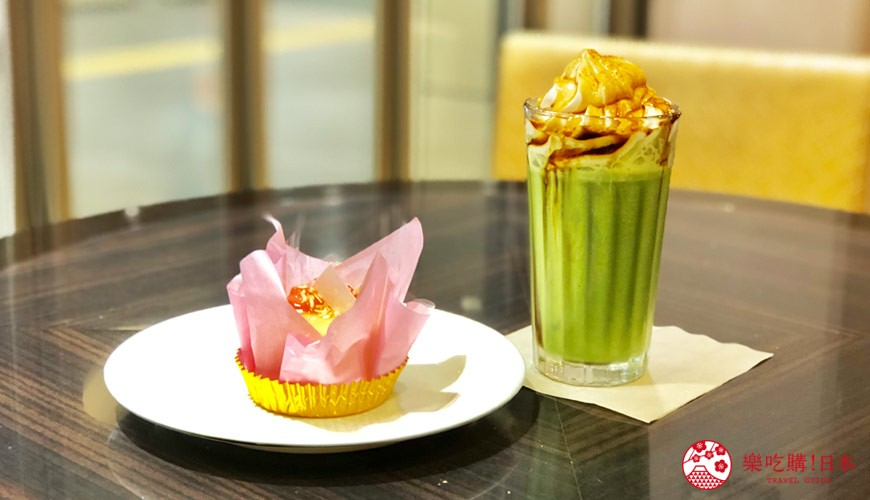 日本大阪難波車站內的「ekimo」的咖啡館「Clever1953」的黃豆粉抹茶拿鐵與白桃蛋糕