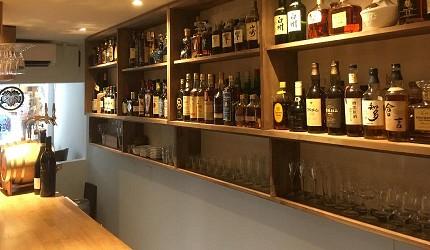 日本京都「酒的美术馆 先斗町店」贩售的酒类照片
