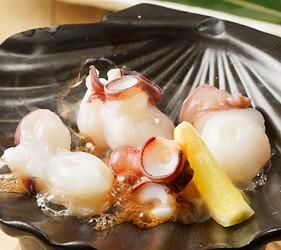 大阪難波海鮮大餐店家推薦「知床漁場 道頓堀店」的4號套餐的生章魚陶板燒