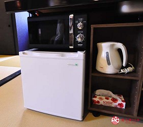 大阪住宿推薦通天閣新世界旁的平價民宿風旅館「Hotel金魚」房內有微波爐、小冰箱、快煮壺