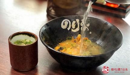 大阪難波香醇拉麵推薦「麵屋NORIO」的「乾拌麵」(油そば)加入高湯與醬料調和成湯麵