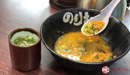 大阪難波香醇拉麵推薦「麵屋NORIO」的「乾拌麵」(油そば)加入白飯變成湯泡飯