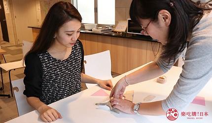 京都七條住宿推薦「HOTEL GLAD ONE 京都七條」提供的泥染布體驗折疊布後放上模板