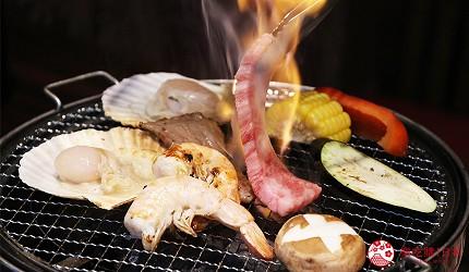 大阪推薦必吃的和牛燒肉店「黒べこ屋 裏難波店」的「極上和牛吃到飽」套餐有蔬菜、海鮮、和牛