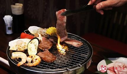 大阪推薦必吃的和牛燒肉店「黒べこ屋 裏難波店」的和牛直接燒烤
