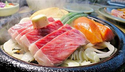 神戶近郊頂級黑毛和牛鐵板燒推薦「三田屋本店安逸之鄉」的黑毛和牛里肌牛排(黒毛和牛ロースステーキ)烤熟後蒸氣帶出油花