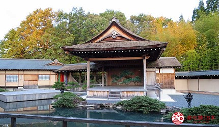 神戶近郊頂級黑毛和牛鐵板燒推薦「三田屋本店安逸之鄉」的用餐區望向能劇舞台