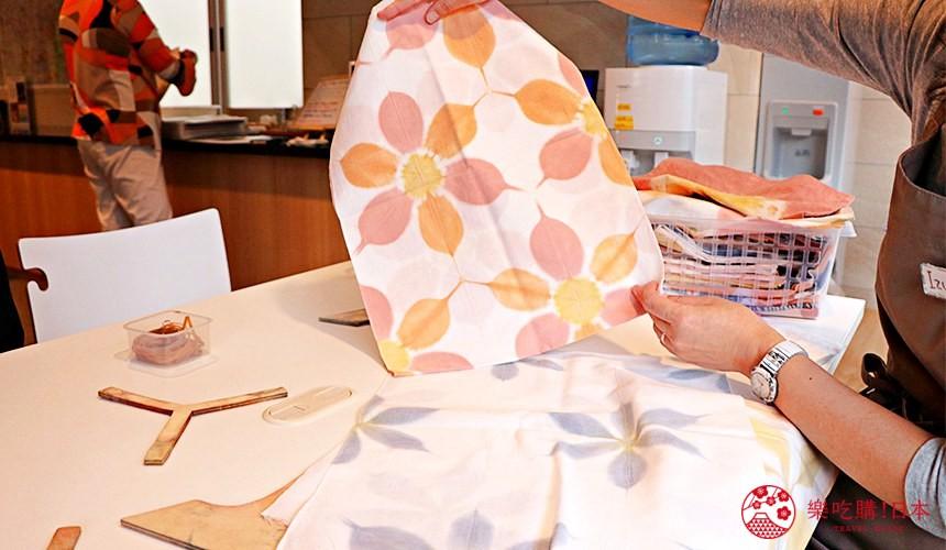 京都七條住宿推薦「HOTEL GLAD ONE 京都七條」提供的泥染布體驗先挑選布的花紋與顏色