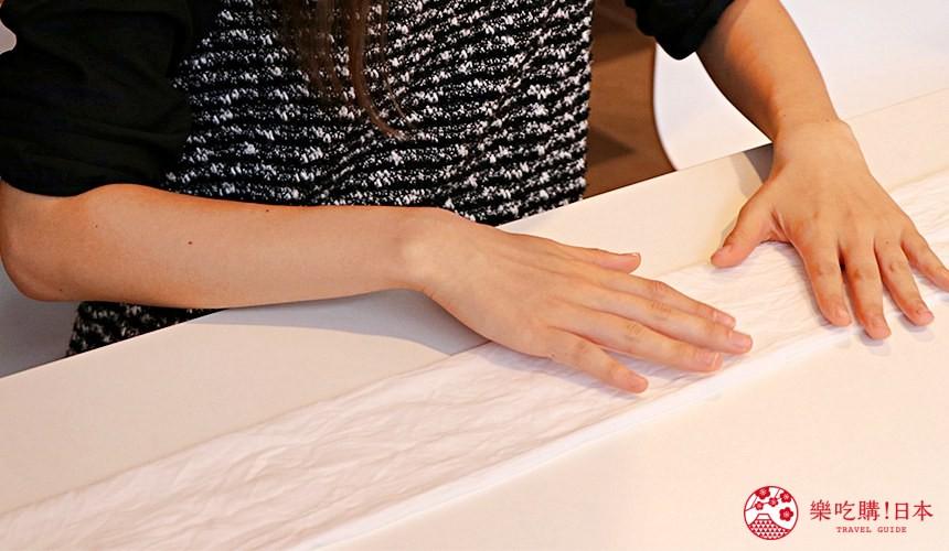 京都七條住宿推薦「HOTEL GLAD ONE 京都七條」提供的泥染布體驗按照指導折疊
