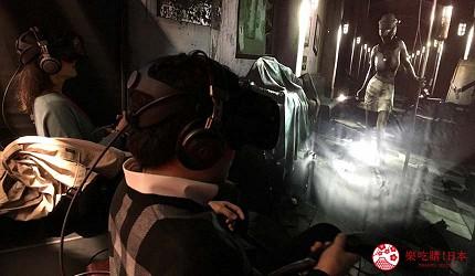 大阪梅田VR虛擬實境遊樂場「VR ZONE OSAKA」的遊戲驚恐實感體驗室病樓逃亡(ホラー実体験室 脱出病棟Ω)坐在椅子上玩