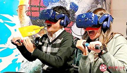 大阪梅田VR虛擬實境遊樂場「VR ZONE OSAKA」的遊戲「漂流大冒險 VR 激流直下」(冒険川下りVR ラピッドリバー)遊玩中