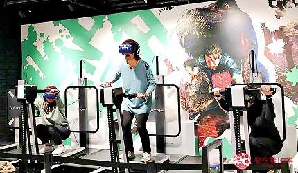 大阪梅田VR虛擬實境遊樂場「VR ZONE OSAKA」的遊戲「恐龍・倖存逃亡 絕望叢林」(恐竜サバイバル体験 絶望ジャングル)遊玩中