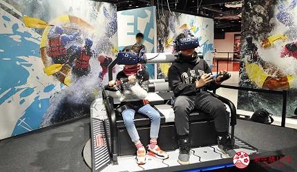 大阪梅田VR虛擬實境遊樂場「VR ZONE OSAKA」親子玩家玩遊戲中