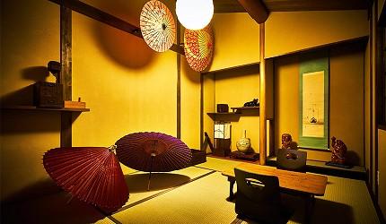 京都的西陣地區一間以江戶時代為主題,從裝潢到設備都花心思放入懷舊元素,帶住客穿越時空,回到時代劇中常見的日本古代盛世的特色旅宿——「長屋STAY京都西陣路地」內的特色房間傘之間內擺滿的色彩繽紛的紙傘