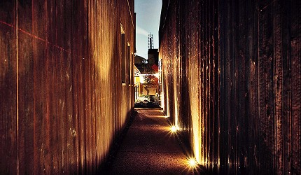 京都的西陣地區一間以江戶時代為主題,從裝潢到設備都花心思放入懷舊元素,帶住客穿越時空,回到時代劇中常見的日本古代盛世的特色旅宿——「長屋STAY京都西陣路地」要進館就必需要走過的窄路