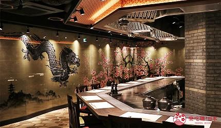 神户三宫A5和牛推荐「神戸牛ステーキ桜」的吧台用餐环境