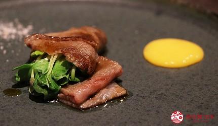 神户三宫A5和牛推荐「神戸牛ステーキ桜」的A5等级神户牛霜降牛肉薄卷的摆盘细致