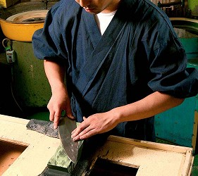 大阪難波購物商場推薦「難波SkyO」的知名刀具「JIKKO 實光刃物」的職人製作刀具照片