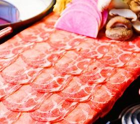 大阪心齋橋的超值居酒屋「きんいち花鳥風月」的牛肉涮涮鍋肉片