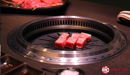 大阪難波高級和牛燒肉推薦「牛の蔵」的極上沙朗牛排的燒烤中照片