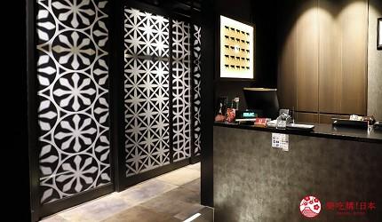 大阪難波高級和牛燒肉推薦「牛の蔵」的包廂採用雕花玻璃花紋