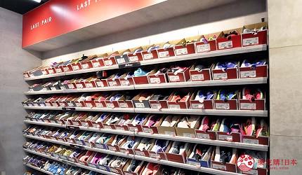 大阪市心斋桥可直达的超好逛「MITSUI OUTLET PARK 大阪鹤见」内的美国运动用品品牌「new balance」店内有整幅零码鞋墙