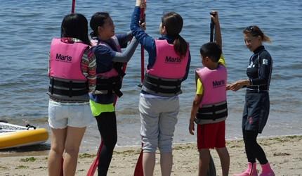能體驗海上活動的二色の浜公園的教練在授課