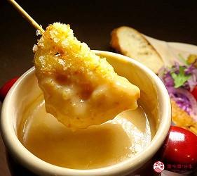 大阪天神橋筋商圈必吃推薦「串炸酒場」的濃厚海膽醬佐串炸拼盤的海膽與佐醬