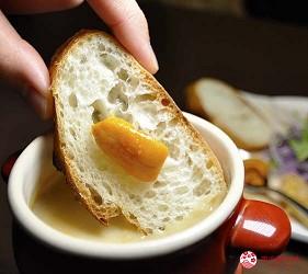 大阪天神橋筋商圈必吃推薦「串炸酒場」的濃厚海膽醬佐串炸拼盤的麵包與沾醬