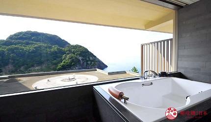 城崎日和山溫泉旅館「金波樓」的「渚之館時じく」套房可邊泡澡邊看風景