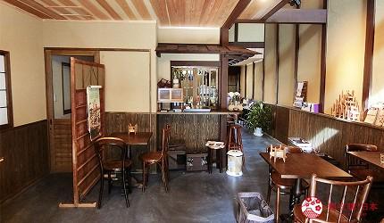 京都的西陣地區一間以江戶時代為主題,從裝潢到設備都花心思放入懷舊元素,帶住客穿越時空,回到時代劇中常見的日本古代盛世的特色旅宿——「長屋STAY京都西陣路地」接待處同時也是咖啡廳