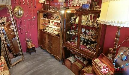 京都的西陣地區一間以江戶時代為主題,從裝潢到設備都花心思放入懷舊元素,帶住客穿越時空,回到時代劇中常見的日本古代盛世的特色旅宿——「長屋STAY京都西陣路地」內設的雜貨店內的貨品精緻可愛