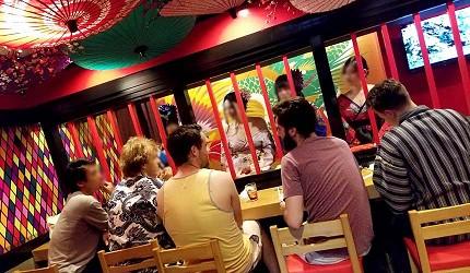 大阪心斋桥花魁酒吧「OIRAN de ENJOU 炎城」外国人客人与店员
