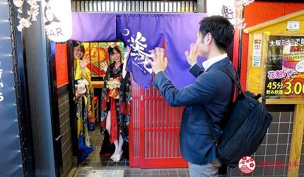 大阪心斋桥花魁酒吧「OIRAN de ENJOU 炎城」的门口送客