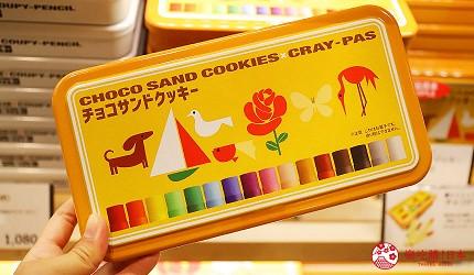大阪自由行必经的JR大阪车站中央出口附近开设的关西限定手信伴手礼专门店兼7-11便利店「Entrée Marché」内有售的畅销产品SAKURA CRAY-PAS巧克力夹心饼干的铁盒包装精美
