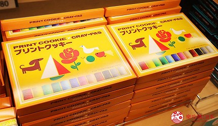 大阪自由行必经的JR大阪车站中央出口附近开设的关西限定手信伴手礼专门店兼7-11便利店「Entrée Marché」内有售的畅销产品SAKURA CRAYPAS蜡笔饼干的外盒包装